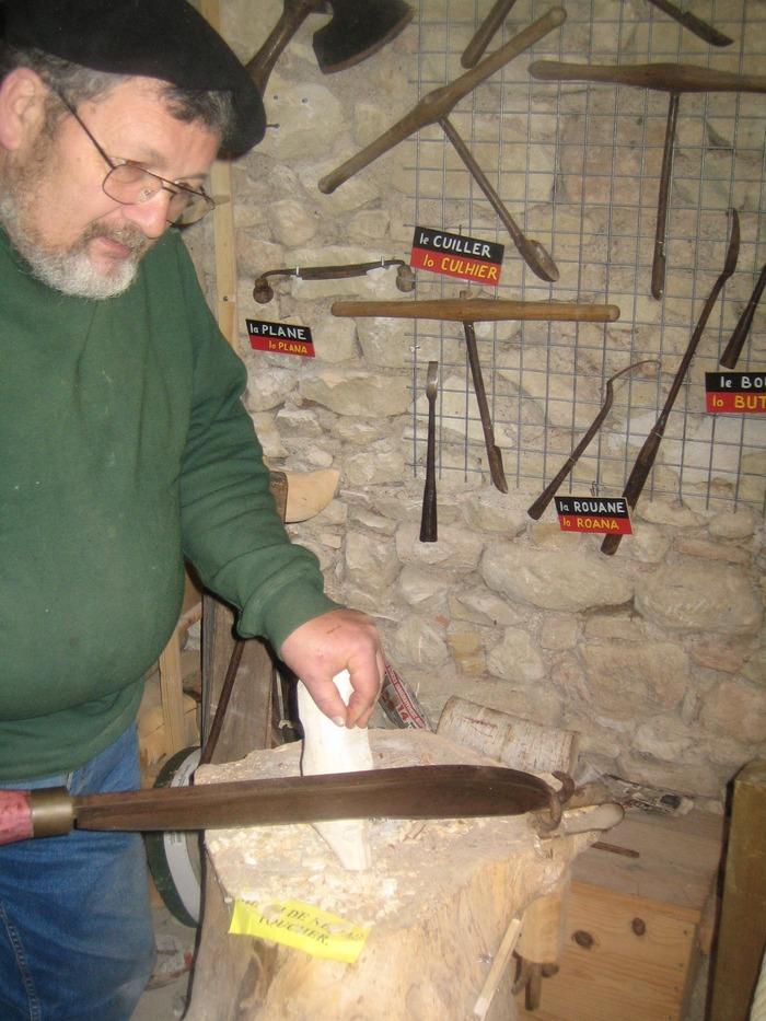 Journées du patrimoine 2017 - Démonstrations de la fabrication de sabots à l'ancienne, collection d'outils anciens