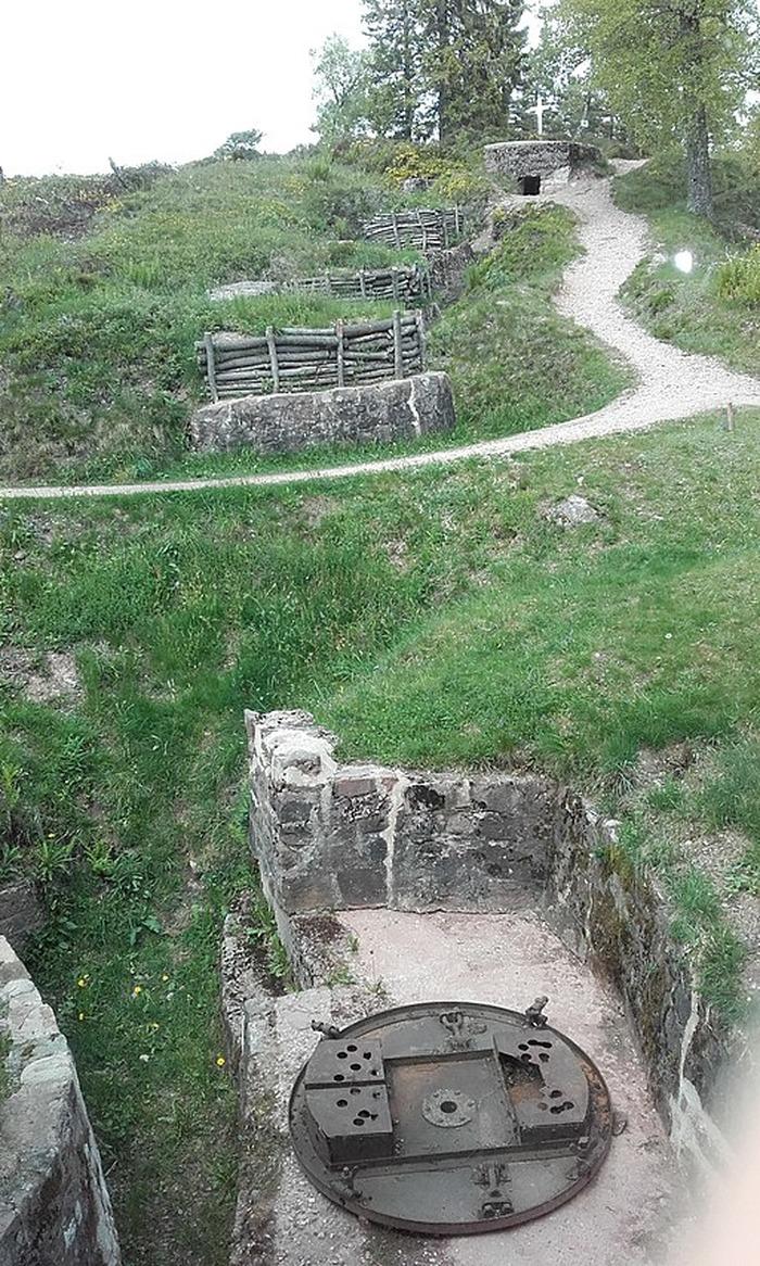 Crédits image : Fortifications et tranchées devant le Musée-Mémorial du Linge-commons.wikimedia-libre de droits