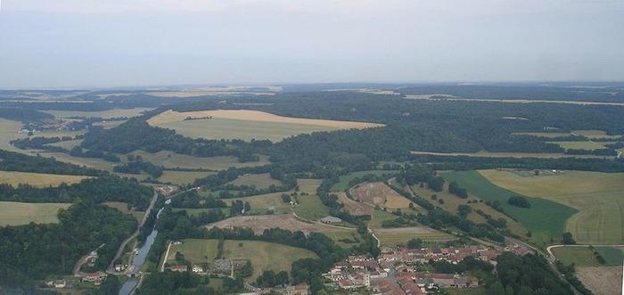 Crédits image : Vue générale de Nasium. Au premier plan le site gallo-romain, au second l'oppidum celtique - (c) Wikimedia Commons - PIPERPA12