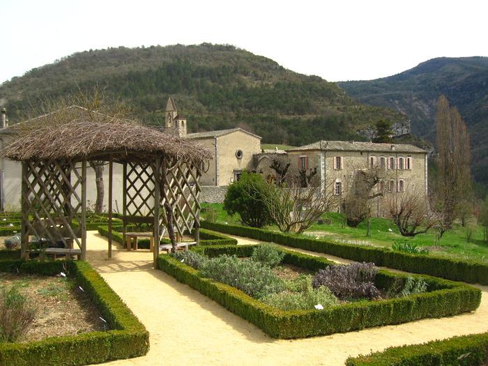 Journées du patrimoine 2018 - Visite guidée du jardin botanique et de l'exposition sur les Antonins de l'ancien monastère de Sainte-Croix (Drôme)