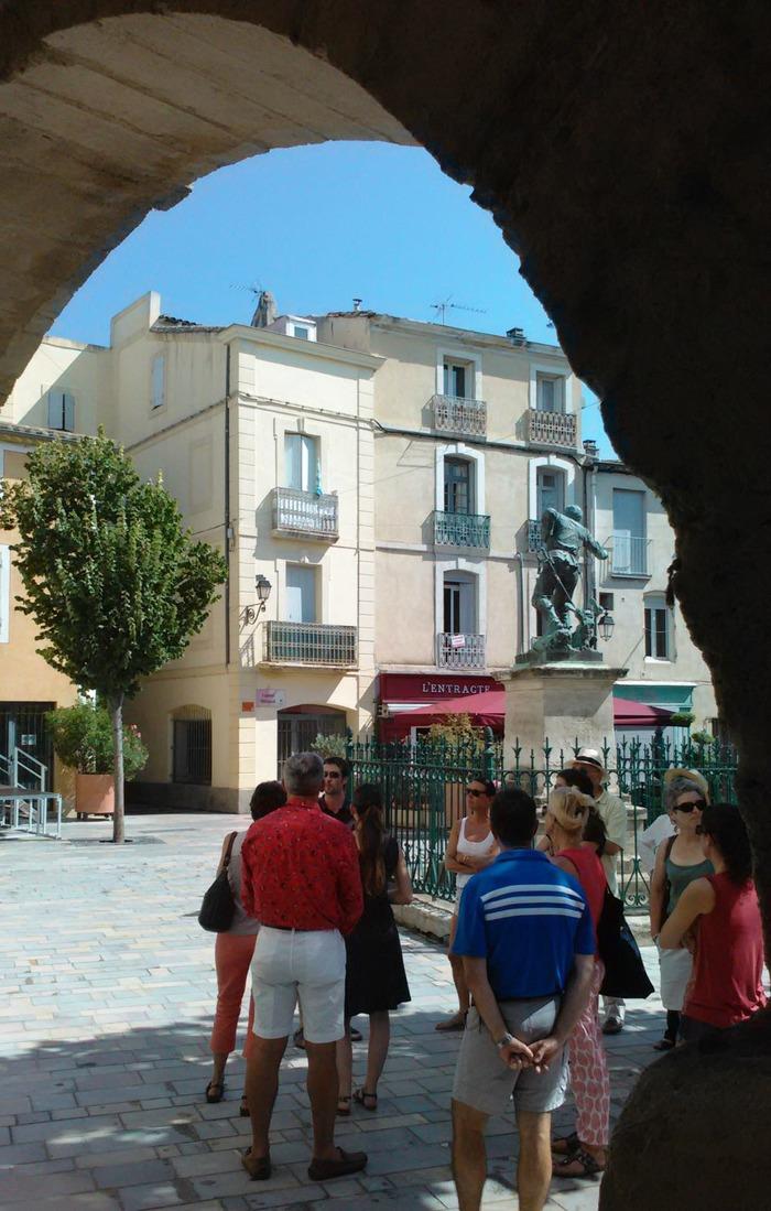 Crédits image : Place des Caladons - centre historique de Lunel © OT du Pays de Lunel.
