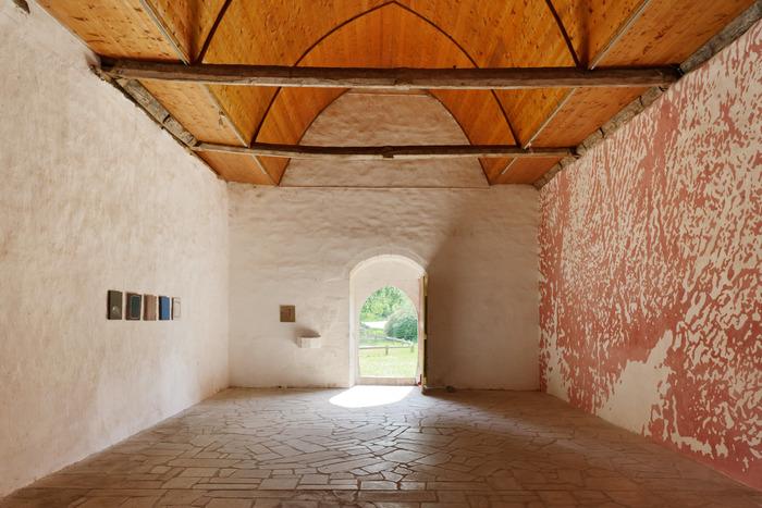 Crédits image : Claire Colin-Collin, Pour que quelqu'un les ait vues, chapelle Saint-Tugdual, Quistinic, L'art dans les chapelles, 2017, photo : Aurélien Mole