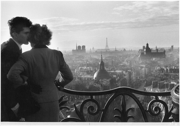 Crédits image : Willy Ronis, Les Amoureux de la Bastille, Paris, 1957. Tirage argentique, 60 x 80 cm c Succession Willy Ronis/Rapho/Eyedea