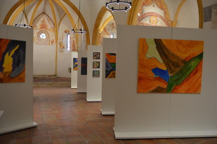A voir : peintures abstraites contemporaines et peintures murales à l'église