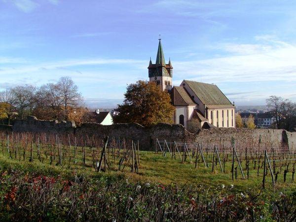 Crédits image : Eglise Saint-Georges et ses remparts - © Mairie de Châtenois