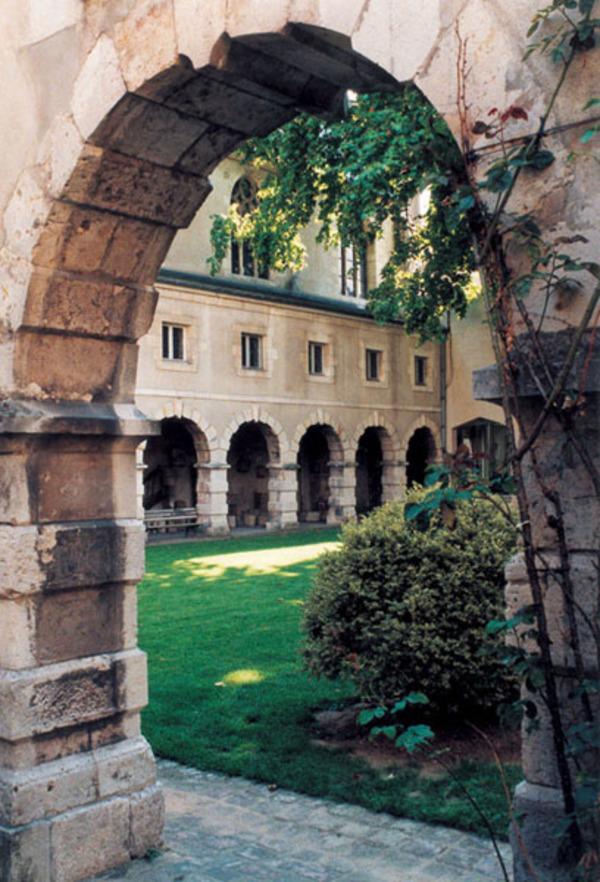 Journées du patrimoine 2017 - Visite libre du cloître et de l'exposition « Etre enfant dans le Loiret, 1830-1939 »