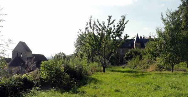 Situé, comme son nom l'indique, dans le Val de Seine, le château de Vaux-sur-Seine, surplombant la Seine et faisant partie du Parc naturel du Vexin, est à ce titre doté d'une situation géographique remarquable. Monument historique depuis 1995, le domaine comprend aujourd'hui un château remontant au XVème siècle, flanqué de 6 tours, un parc paysager clos de murs et agrémenté de belvédères et de fabriques et un potager en terrasses, en cours de réhabilitation, descendant vers la Seine et donnant plein sud.