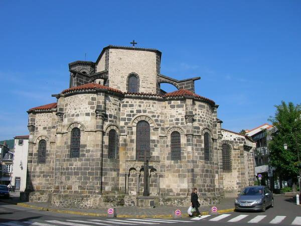 Construite à l'époque carolingienne (fin Xe siècle), l'Eglise Notre-Dame de Chamalières dispose déjà d'une configuration architecturale caractéristique des grandes églises romanes d'Auvergne qui seront bâties en nombre, au cours du millénaire suivant. Agrandie au XIIe siècle, l'église se voit alors parée de 4 chapelles rayonnantes qu'il convient de contempler de l'extérieur pour en apprécier l'intrinsèque beauté. Dès 1281, une cinquantaine de pierres tombales jalonne tant le temps que le sol de Notre-Dame de Chamalières jusqu'à l'aube du XIXe siècle ; siècle qui consacre également l'édification de l'actuel clocher octogonal en remplacement de l'ancien détruit sous la Révolution.