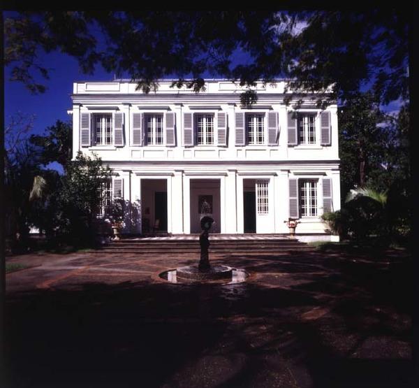 Cette ancienne maison de maître et ses dépendances ont été construites au début des années 1840 par Paul Auguste Fraigneau, négociant à Saint-Denis. Elle abrite un lieu d'exposition d'art contemporain depuis 1991.