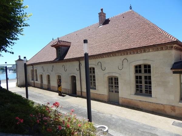 Crédits image : Crédit photo : Vue extérieure de la Cité du vitrail - © Noël Mazières, Cité du vitrail