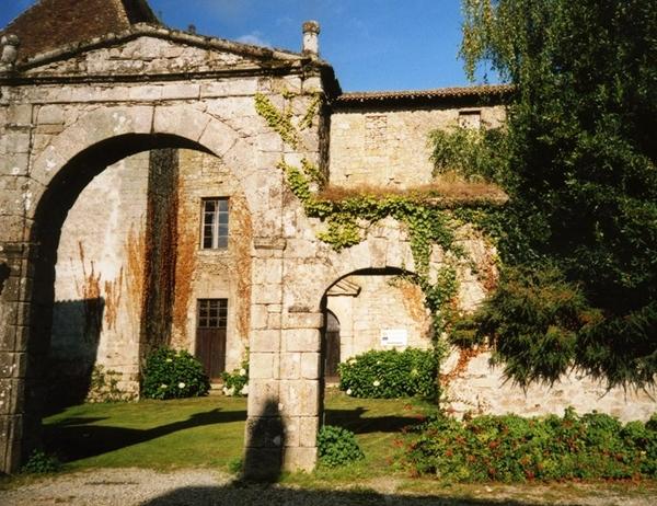 Crédits image : Porche d'entrée du couvent © OT Haut Limousin