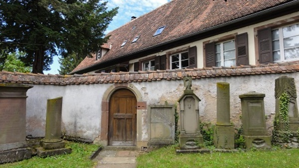 Crédits image : Pierres tombales vers le presbytère - ©Ralph Hammann - Wikimedia Commons
