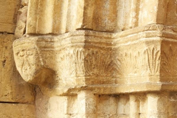 Crédits image : Église d'Aubas, détail du portail © Los Amics de la Taula Redonda