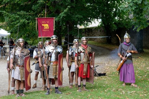 Journées du patrimoine 2017 - La troupe gauloise de la Lance Arverne et la légion romaine VI Ferrata plantent leurs campements dans le parc du château.