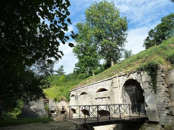 Crédits image : Apremont-la-Forêt - Entrée du Fort de Liouville (c) bzgru - wikimedia commons