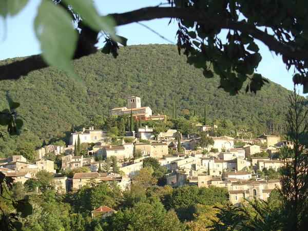 Village perché typique, à l'environnement encore préservé, Mirmande conserve nombre d'éléments architecturaux intéressants.
