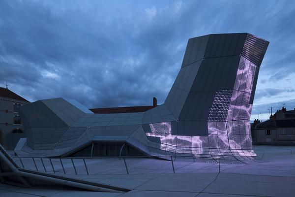 Au début des années 1990, le Fonds Régional d'Art Contemporain du Centre (FRAC Centre) oriente sa collection sur le rapport entre art et architecture. Composée de quelque 600 œuvres, 800 maquettes d'architecture, plus de 15 000 dessins, ainsi que de nombreux fonds d'architectes, elle constitue aujourd'hui un patrimoine unique et se place sur le même plan que les plus grandes collections d'architecture. En septembre 2013, le FRAC Centre s'est installé sur le site des anciennes Subsistances militaires à Orléans, qui accueillaient, depuis 1999, la manifestation internationale d'architecture ArchiLab et devient Les Turbulences - FRAC Centre. Lieu de découverte et de convivialité, Les Turbulences - FRAC Centre proposent aux visiteurs une expérience artistique nouvelle et transdisciplinaire.