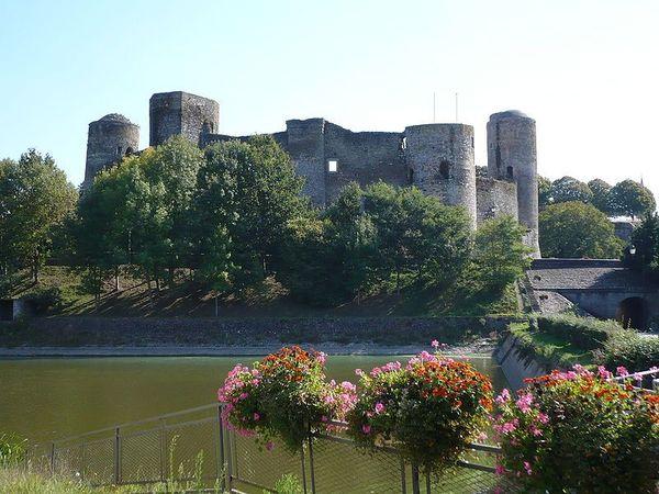 Journées du patrimoine 2017 - Découverte commentée du château médiéval de Pouancé installé sur les Marches de Bretagne.