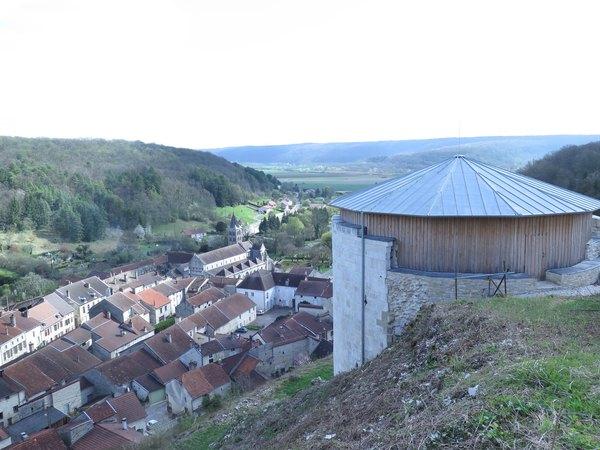 Crédits image : Tour au Puits dominant le village et l'église Saint-Etienne - Julien Marasi