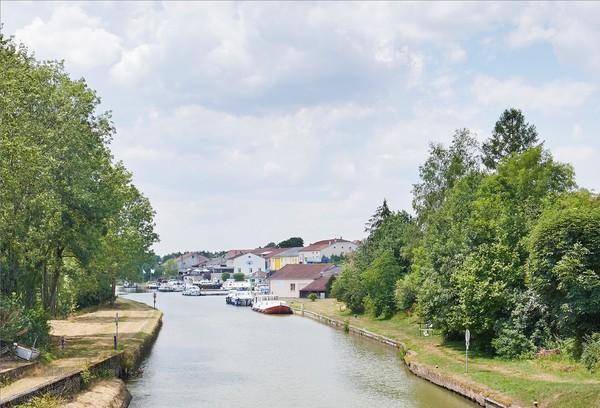 Crédits image : Lagarde - Vue du port depuis le pont de l'écluse n°12 - Région Grand Est - Inventaire général - photographie Bertrand Drapier