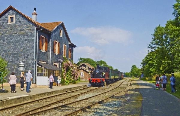 Crédits image : La gare de Sentheim et son train touristique (Atelier de Pat)