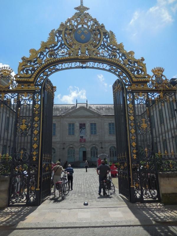 Crédits image : Photo : grille et cour d'honneur - Crédit photo : Direction des Archives et du Patrimoine (département de l'Aube)
