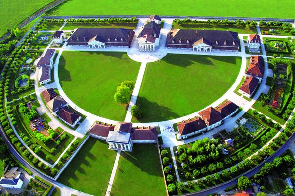 Crédits image : Photo : Vue aérienne de la Saline royale © M. Pierre